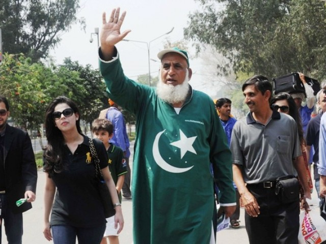 Chaudhry Abdul Jalil (C), popularly known as 'Chacha Cricket', waves after crossing the India-Pakistan border in Wagah on March 29, 2011, on the eve of the India-Pakistan Cricket World Cup semi-final match. India will face Pakistan in an ICC Cricket World Cup semi-final match in Mohali on March 30. PHOTO: AFP