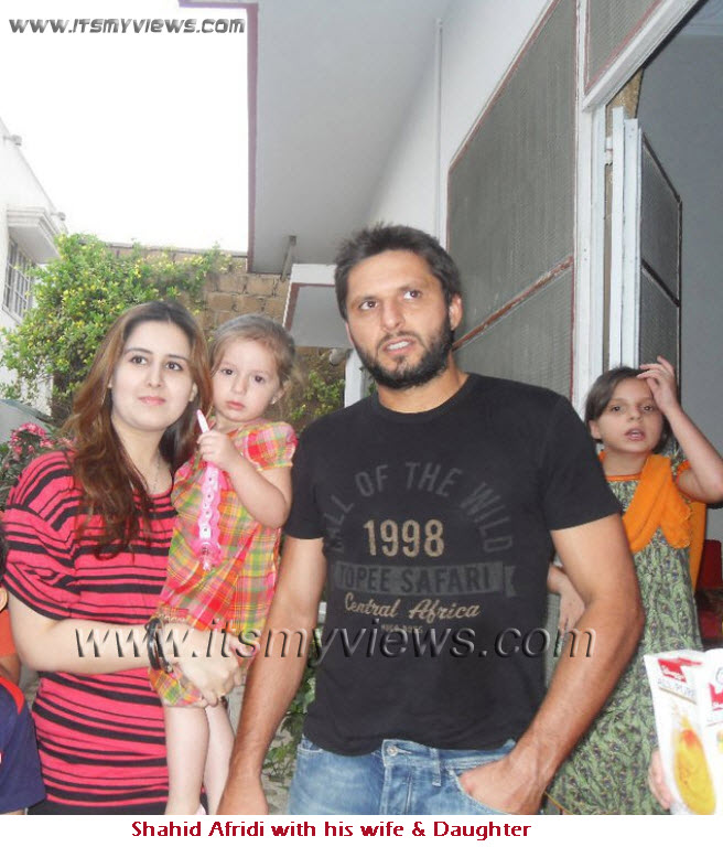 Shahid Afridi Pics With Wife Shahid Afridi Wife Daughter