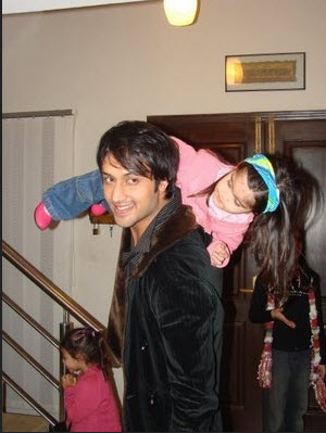 Atif-Aslam-home-in-Lahore-with-family-photo
