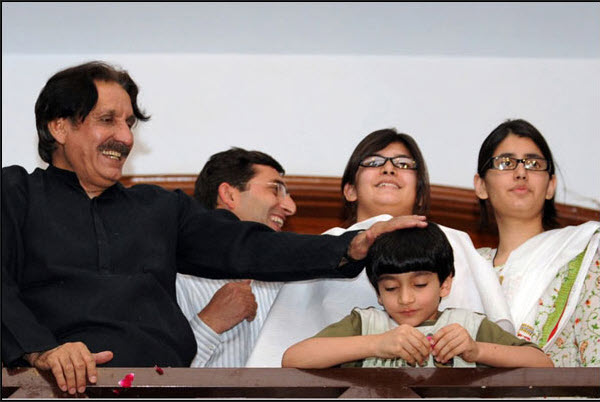 Arsalan-Iftikhar-family-photo