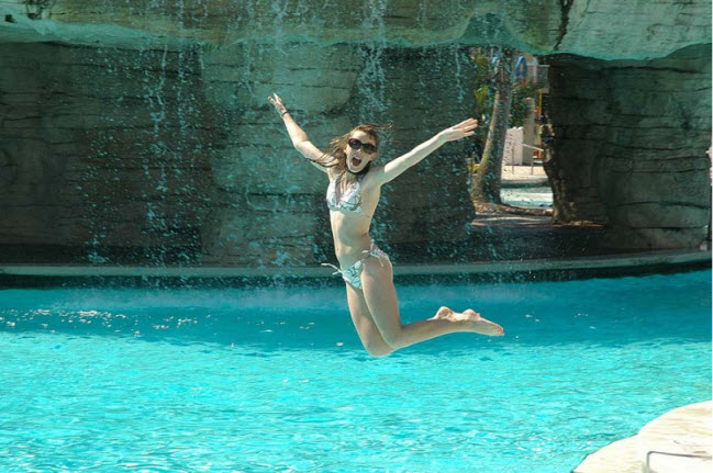 girl-jump-in-water-pool-amazing-photography