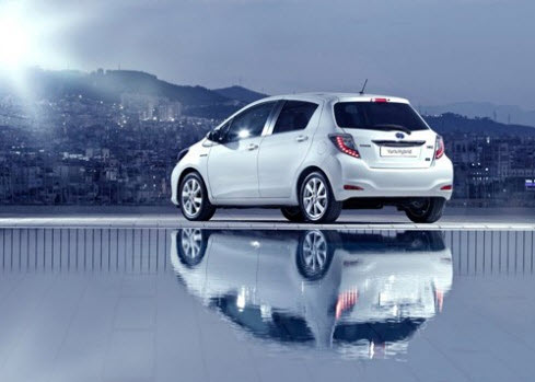 Toyota-yaris-hybrid-model-2012-2013