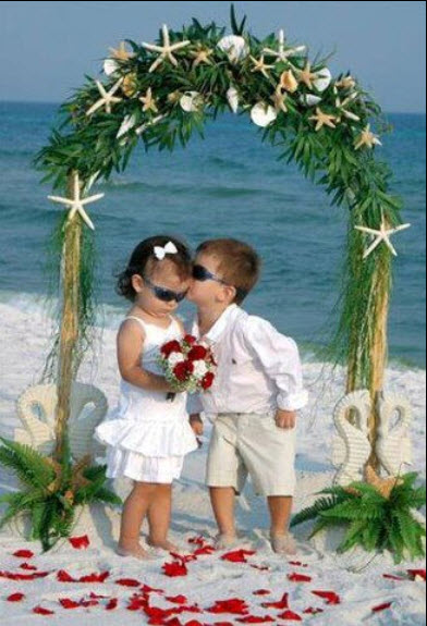 Baby Couple Is Looking Very Sweet In This Picture And Cute Boy Kissing To Small Girl Its A Marvelous