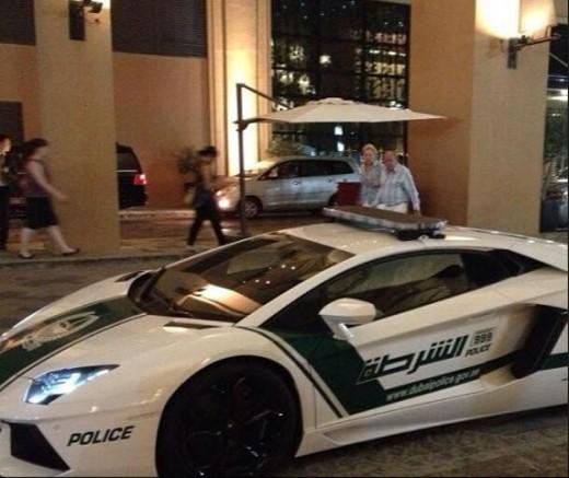 Lamborghini-Dubai-Police-in-Dubai-Marina-Walk-area